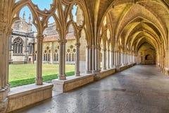 哥特式曲拱和柱子在巴约讷大教堂里 免版税库存图片