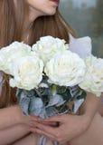 哥特式样式。妇女一朵玫瑰在手上 库存图片