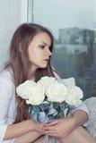 哥特式样式。妇女一朵玫瑰在手上 图库摄影