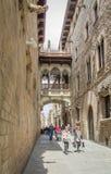 哥特式桥梁在Carrer del Bisbe街道,在巴塞罗那,西班牙 免版税库存照片