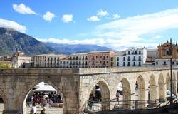哥特式渡槽在苏尔莫纳镇,意大利 免版税库存图片