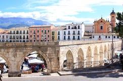 哥特式渡槽在苏尔莫纳,意大利 免版税库存照片
