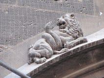 哥特式石雕刻狮子和蛇 库存图片