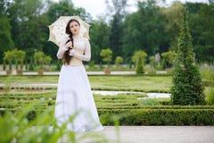 哥特式礼服的美丽的妇女 免版税库存图片