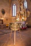 哥特式福音派教会主要法坛在从14 - 15分的Stitnik。并且由从Spisska呜咽的主要亚娜镀青铜洗礼池(1454) 库存照片
