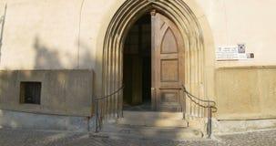 哥特式被成拱形的门 股票录像