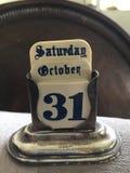 哥特式银色古色古香的老日历星期六10月31日万圣夜老英国的字体 库存照片