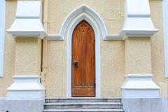 哥特式门在教会里 库存图片