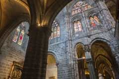 哥特式Archs里面看法与大教堂的蔓藤花纹的A的 库存照片