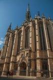 哥特式Sainte-Chapelle教会的人们和专栏在巴黎 库存照片