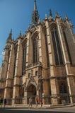 哥特式Sainte-Chapelle教会的人们和专栏在巴黎 库存图片