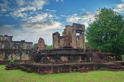 吴哥窟在反对蓝天的柬埔寨 图库摄影