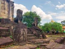 吴哥窟在反对蓝天的柬埔寨 免版税图库摄影