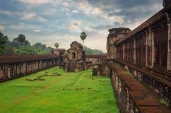 吴哥窟在反对蓝天的柬埔寨 库存照片