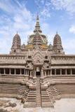 吴哥窟寺庙的微型拷贝在鲜绿色菩萨寺庙的  图库摄影