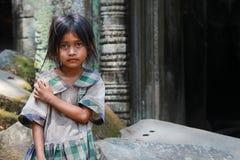 吴哥窟废墟的女孩  免版税库存图片