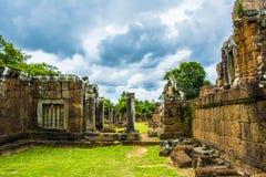 吴哥窟废墟  angkor banteay柬埔寨湖lotuses收割siem srey寺庙 柬埔寨 免版税图库摄影