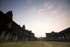 吴哥窟早晨,柬埔寨的太阳上升 免版税库存照片