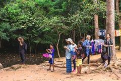 吴哥窟,柬埔寨- 2016年12月5日:经销商和游人 免版税库存照片