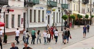 哥罗德诺,比拉罗斯 人休息的走在步行者Sovietskaya街上在夏日 股票视频