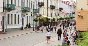 哥罗德诺,比拉罗斯 人休息的走在步行者Sovietskaya街上在夏日 影视素材