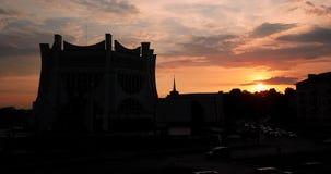 哥罗德诺,比拉罗斯 哥罗德诺地方戏曲剧院剪影背后照明的在日落时间 股票视频