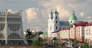 哥罗德诺,比拉罗斯 哥罗德诺地方戏曲剧院,圣法兰西斯泽维尔大教堂和交通在Mostowaja和Kirova街 股票录像
