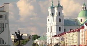 哥罗德诺,比拉罗斯 哥罗德诺地方戏曲剧院,圣法兰西斯泽维尔大教堂和交通在Mostowaja和Kirova街 股票视频