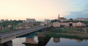 哥罗德诺,比拉罗斯 横跨尼曼河、地方戏曲剧院、圣法兰西斯泽维尔大教堂和Bernardine的桥梁 股票录像