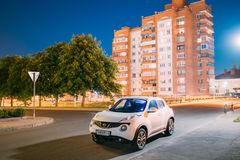 哥罗德诺,比拉罗斯 白色颜色汽车日产在街道停放的Juke在住宅区 库存照片