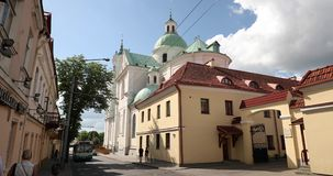 哥罗德诺,比拉罗斯 著名地标是圣法兰西斯泽维尔大教堂夏日 从Karla Marksa街的看法 股票视频