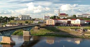 哥罗德诺,比拉罗斯 横跨尼曼河、哥罗德诺地方戏曲剧院、圣法兰西斯泽维尔大教堂和Bernardine的桥梁 股票录像