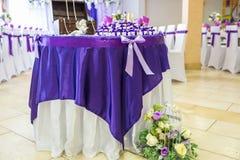 哥罗德诺,白俄罗斯- 2014年5月:在典雅的饭桌上的美丽的花在婚礼那天 装饰在欢乐桌上服务  免版税库存照片