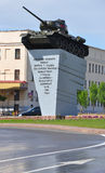 哥罗德诺,白俄罗斯- 2015年5月18日:对坦克T-34/85垫座的纪念碑 库存照片