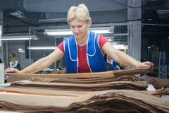 哥罗德诺,白俄罗斯- 2013年12月13日:工厂的妇女内裤的生产的冲洗 库存图片