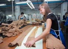 哥罗德诺,白俄罗斯- 2013年12月13日:工厂的妇女内裤的生产的冲洗 图库摄影
