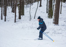 哥罗德诺,白俄罗斯- 2017年1月15日 一个老人行使由越野滑雪改进他的健康 免版税图库摄影