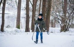 哥罗德诺,白俄罗斯- 2017年1月15日 男孩在冬天森林运载滑雪 库存图片