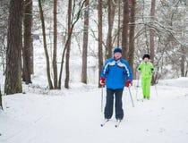 哥罗德诺,白俄罗斯- 2017年1月15日 航空bluriness夫妇打算上涨行动室外高级设置轻微的冬天 活跃夫妇将去越野sk 免版税库存照片