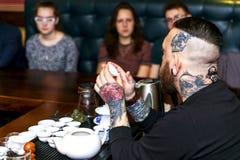 哥罗德诺,白俄罗斯- 4月17 :有胡子的人参加茶道, 2016年4月17日哥罗德诺,白俄罗斯 免版税图库摄影