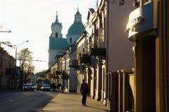 哥罗德诺,街道的看法有老房子和教会的 迟来的 库存照片