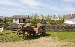 哥萨克人的推车和房子 民族志学村庄`首领` 俄国 图库摄影