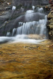 哥顿秋天地区柔滑的水,白色山,新罕布什尔 库存图片