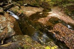 哥顿秋天地区柔滑的水,白色山,新罕布什尔 免版税库存照片