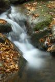 哥顿秋天地区柔滑的水,白色山,新罕布什尔 免版税图库摄影