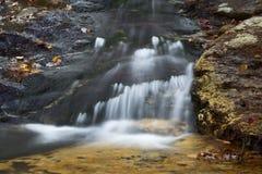 哥顿秋天地区柔滑的水,白色山,新罕布什尔 图库摄影