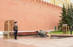哨兵站立在永恒火焰在Unkno的坟茔 图库摄影
