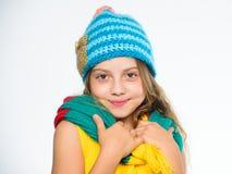 哪些织品将保持您最温暖这个冬天 帽子和围巾保持温暖 孩子戴温暖的软的被编织的蓝色帽子和长期 免版税库存照片