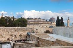 哭墙和圣殿山在雪以后 免版税库存图片