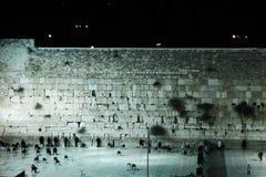 哭墙在耶路撒冷在晚上 免版税库存照片